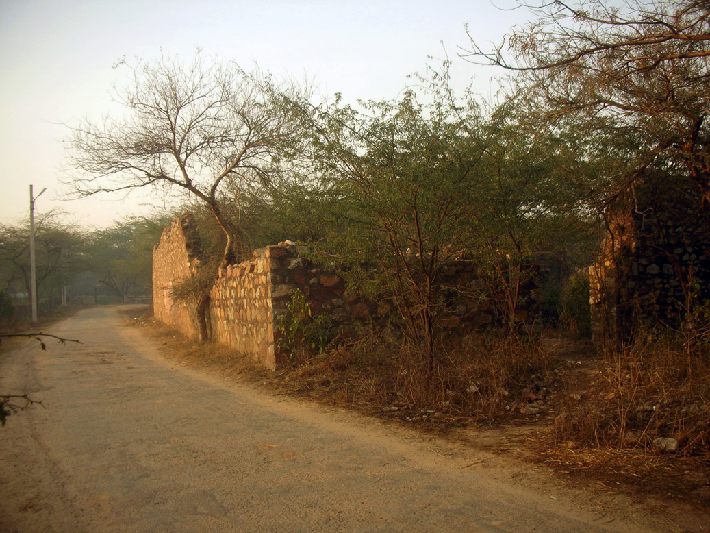 The approach to the complex from an offshoot of the Mehrauli - Mahipalpur road.